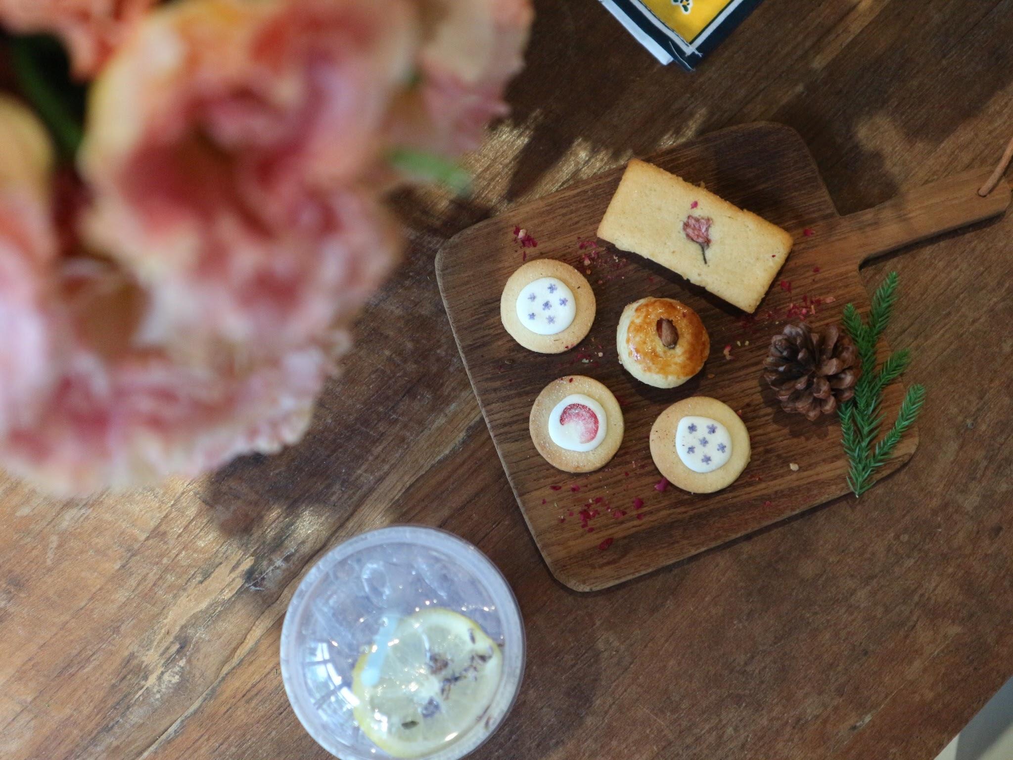 フラワーショップが手掛けるカフェ-Flower in hand by P-